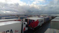 Kolona sa više od 5.000 kamiona zaustavljena kod engleskog aerodroma Manston (FOTO/VIDEO) 9