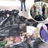 """Aktivisti ispred Skupštine Beograda """"okitili"""" jelku smećem i porukama (VIDEO) 1"""