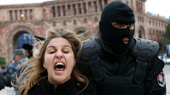 U Jerevanu hiljade protestuju protiv vlade Jermenije 3