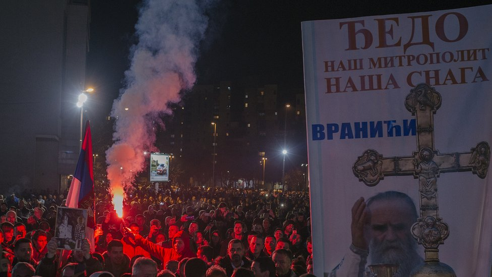 Povremeno na protestima učesnici zapale i baklje