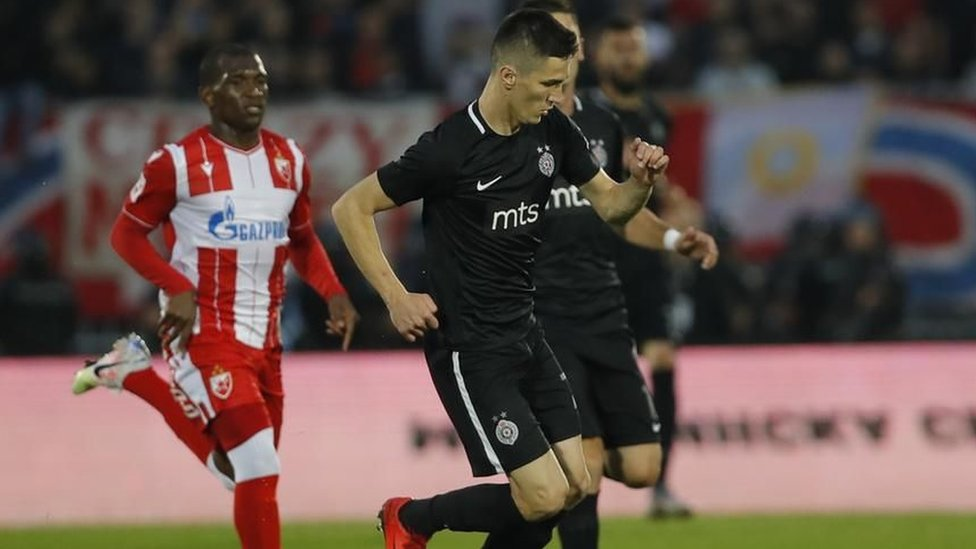 U Srbiji su Partizan i Crvena zvezda odigrali meč uz prisustvo publike, bilo je oko 16.000 navijača na stadionu crno-belih