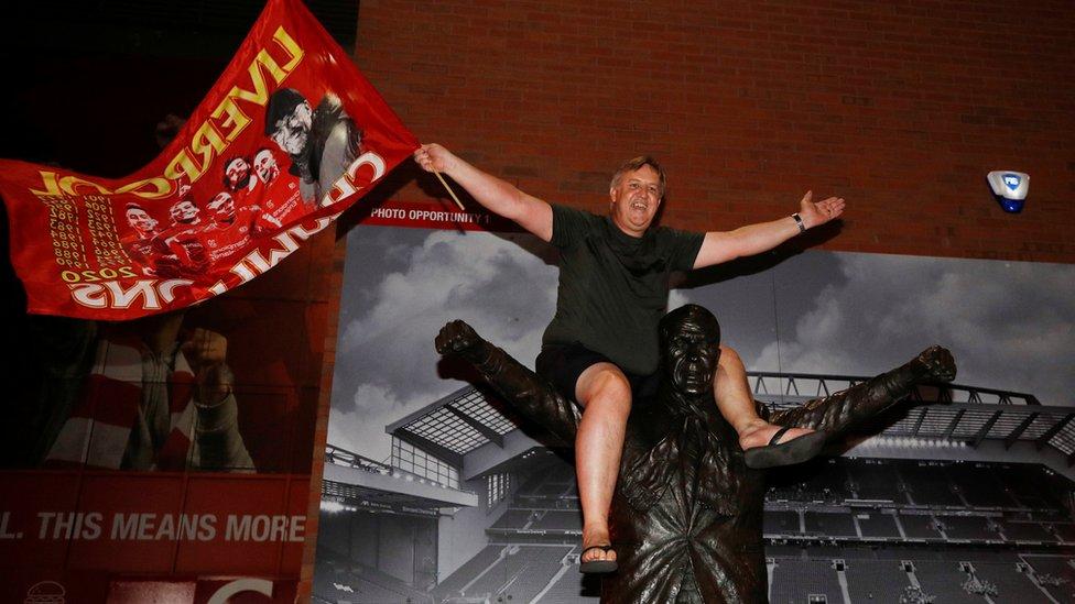 Jedan od navijača popeo se na spomenik legendarnom treneru Bilu Šenkliju