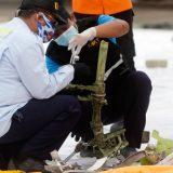Indonezija, avionske nesreće: Locirane crne kutije, pronađeni delovi aviona i ljudskih tela 9