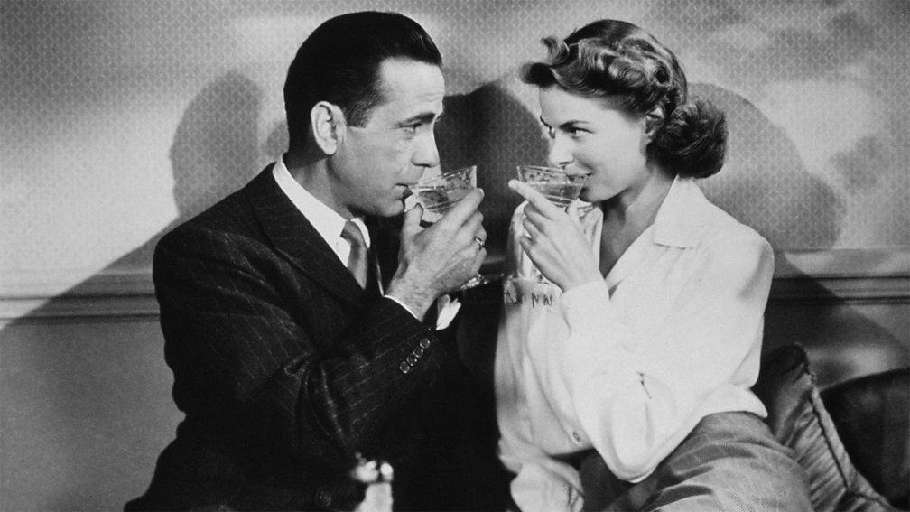 Rik i Ilsa nazdravljaju Parizu i jedno drugom pre nacističke okupacije