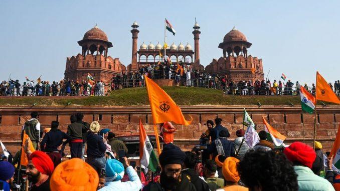 Indija i demonstracije: Poljoprivrednici ljuti zbog novih zakona, traktorima rušili barikade 2