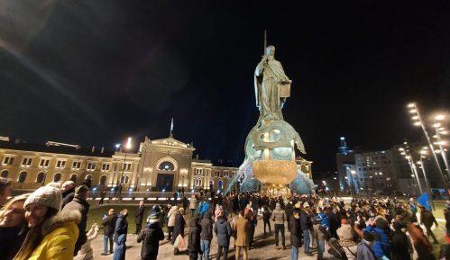 Otkriven spomenik Stefanu Nemanji uz kršenje epidemioloških mera (FOTO, VIDEO) 6