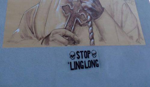 Ispod murala patrijarhu Irineju u Zrenjaninu ispisan grafit Stop Linglong 9