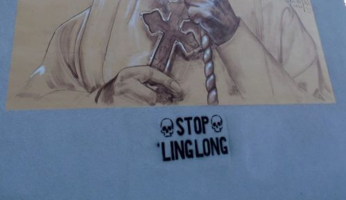 Ispod murala patrijarhu Irineju u Zrenjaninu ispisan grafit Stop Linglong 5