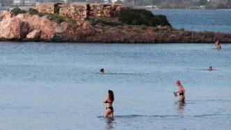 Vruć talas u Grčkoj: 28 stepeni, Grci masovno na plažama (FOTO) 3