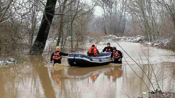 MUP evakuisao 85 osoba iz poplavljenih objekata (FOTO) 4