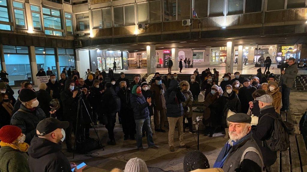 """Protest ispred Filozofskog: Moramo da kažemo """"ne"""" spomeniku primitivizma Vučića 2"""