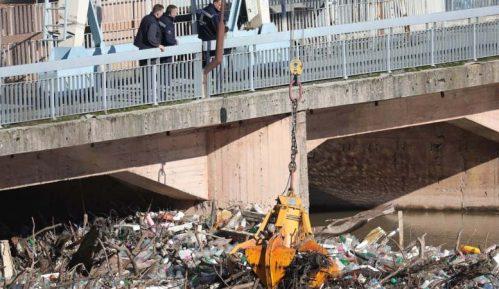 AP: Ogromna ostrva otpada plutaju rekama Balkana 1