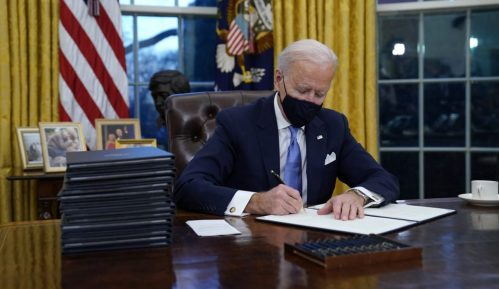 Bajden potpisao nove ukaze: Svako ko dolazi avionom u SAD mora u karantin 2
