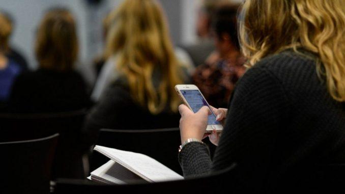 U Srbiji se sve manje šalju SMS poruke, mobilnih telefona više nego stanovnika 3