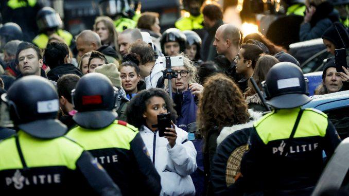 Holandski demonstranti protiv policijskog časa zapalili centar za testiranje na korona virus 1