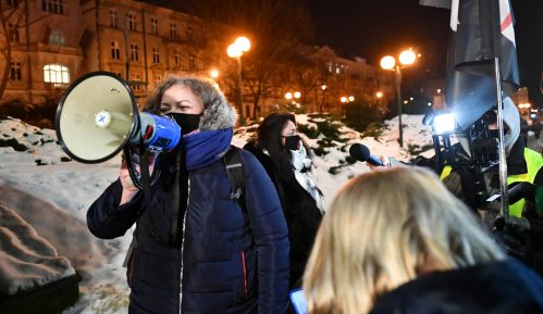 Demonstranti u Varšavi na policiju grudvama snega, a ona na njih suzavcem 1