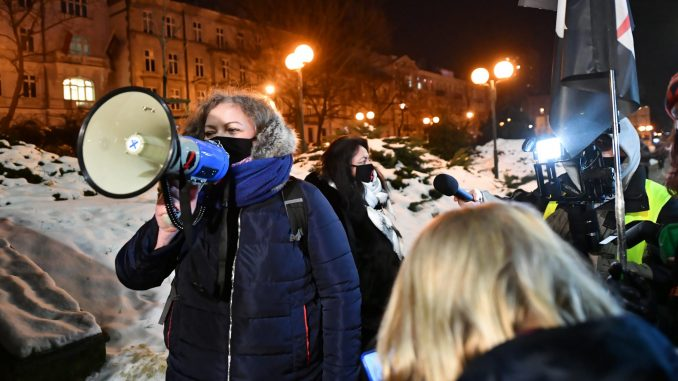 Demonstranti u Varšavi na policiju grudvama snega, a ona na njih suzavcem 4