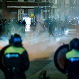 Višednevni neredi u Holandiji usled frustracija i tenzija zbog virusa korona (FOTO) 10