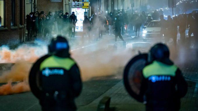 Višednevni neredi u Holandiji usled frustracija i tenzija zbog virusa korona (FOTO) 3