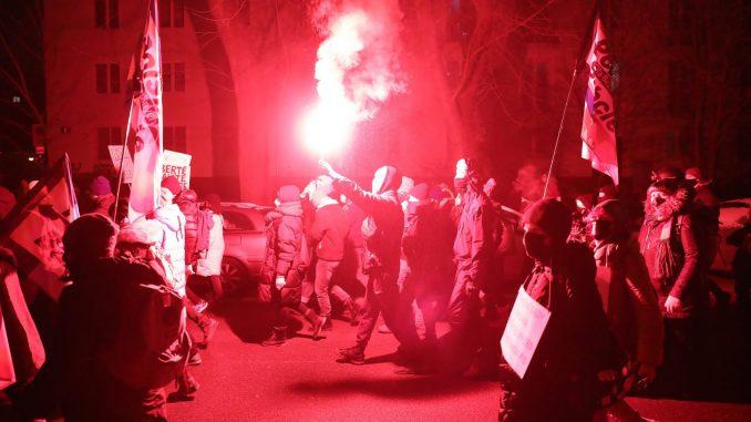 Varšavska policija suzavcem razbija protest hiljada Poljakinja zbog zabrane abortusa 4