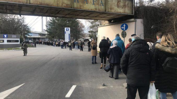 Nezakazani čekaju na Beogradskom sajmu po tri sata u redu za vakcinu (VIDEO) 3