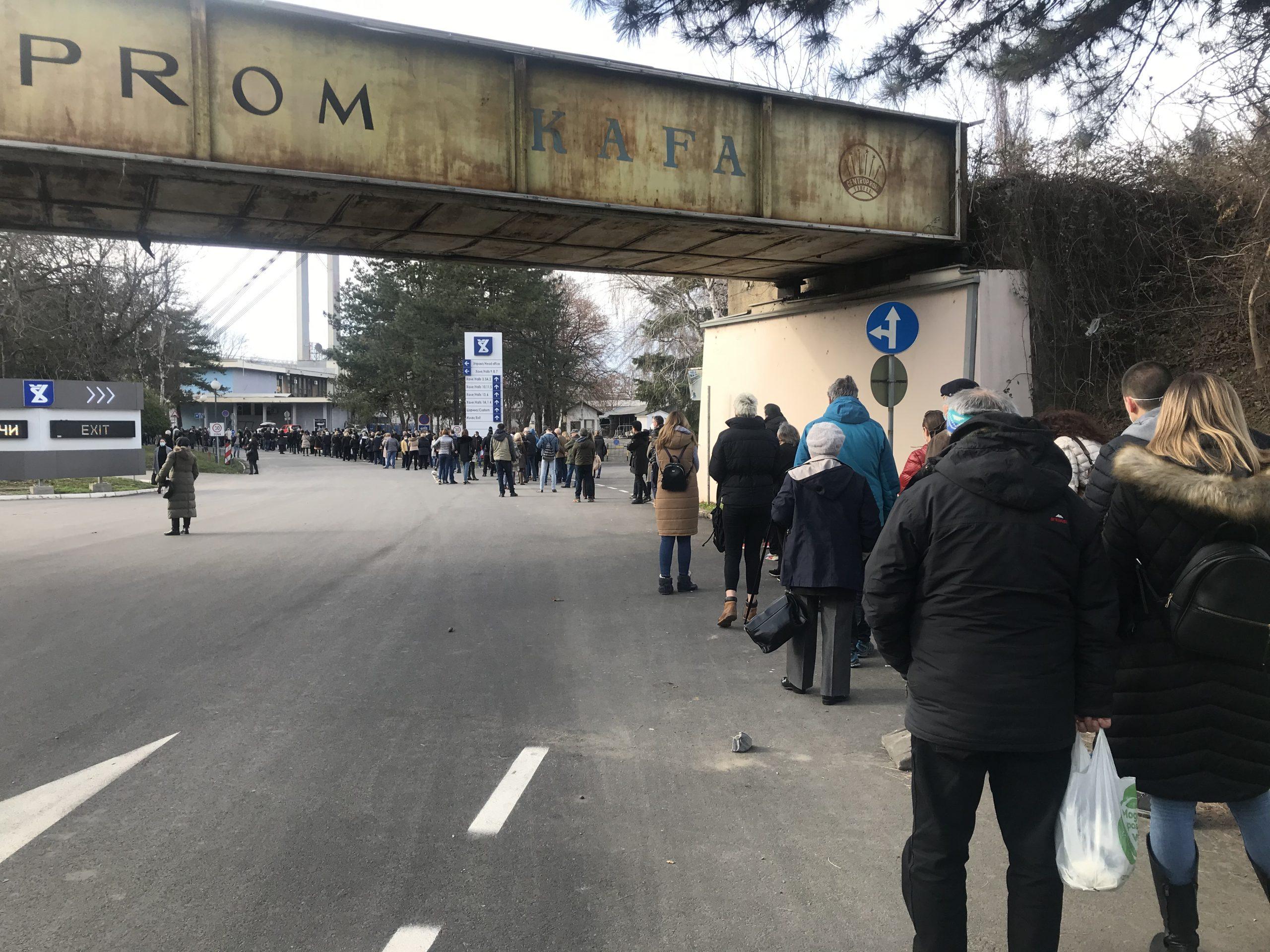 Nezakazani čekaju na Beogradskom sajmu po tri sata u redu za vakcinu (VIDEO) 1
