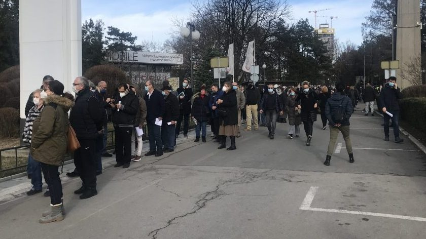 Nezakazani čekaju na Beogradskom sajmu po tri sata u redu za vakcinu (VIDEO) 2
