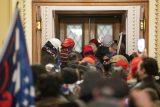 Policija rasterala Trampove pristalice i kompleks Kongresa SAD proglasila bezbednim, jedna osoba preminula (VIDEO, FOTO) 4