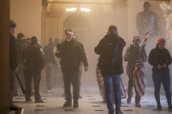 Policija rasterala Trampove pristalice i kompleks Kongresa SAD proglasila bezbednim, jedna osoba preminula (VIDEO, FOTO) 8