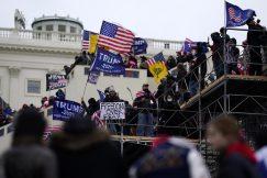Policija rasterala Trampove pristalice i kompleks Kongresa SAD proglasila bezbednim, jedna osoba preminula (VIDEO, FOTO) 9