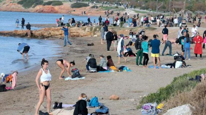 Vruć talas u Grčkoj: 28 stepeni, Grci masovno na plažama (FOTO) 5