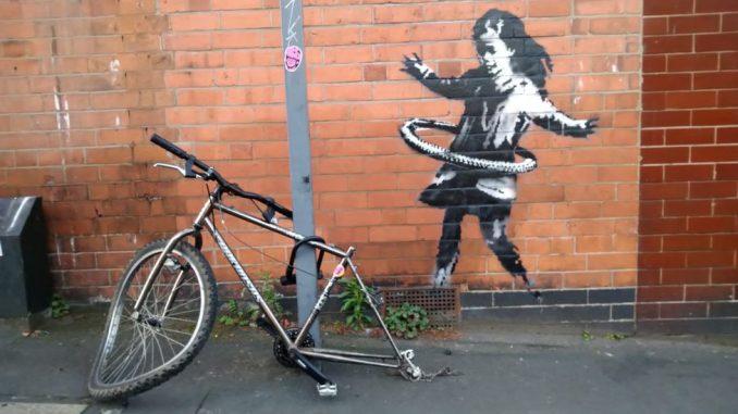 """Benksi i umetnost: Mural devojčice sa hula-hopom nestao sa zida u Notingemu, otkupljen za """"šestocifrenu sumu"""" 4"""
