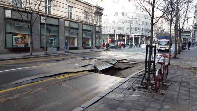 Obustavljen saobraćaj u Ulici kralja Milana zbog pucanja vodovodne cevi, građani bez vode do 16 časova 1