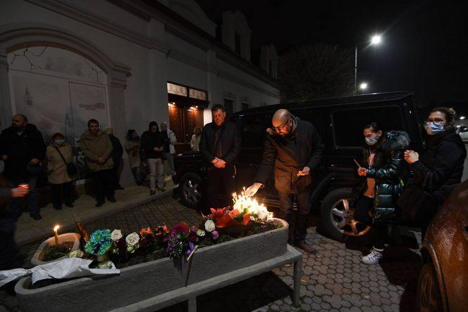 Novi Sad se oprašta od svog Đoleta u suzama i tišini:Bio je odraz naše duše (FOTO) 10