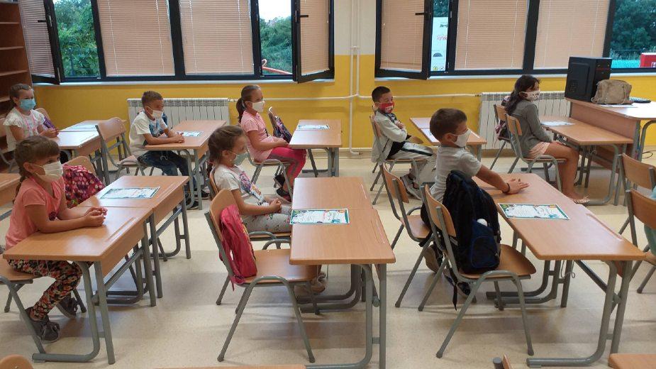 Kolo srpskih sestara iz Kruševca poklonilo školski pribor đacima prvacima 1