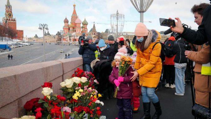 Nekoliko stotina ljudi na obeležavanju godišnjice ubistva ruskog opoziconara Njemcova (FOTO) 1