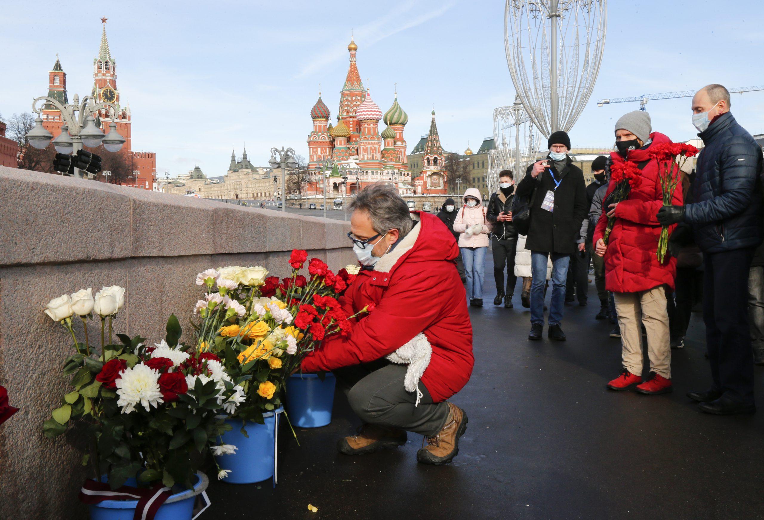 Nekoliko stotina ljudi na obeležavanju godišnjice ubistva ruskog opoziconara Njemcova (FOTO) 2