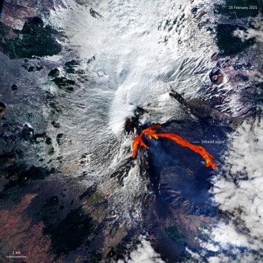 Etna više od nedelju dana redovno izbacuje lavu 2