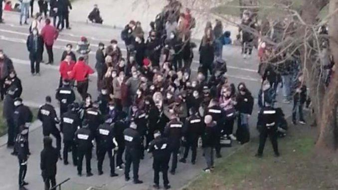Pank svirka ispod Brankovog mosta u Beogradu, policija reagovala (VIDEO) 6