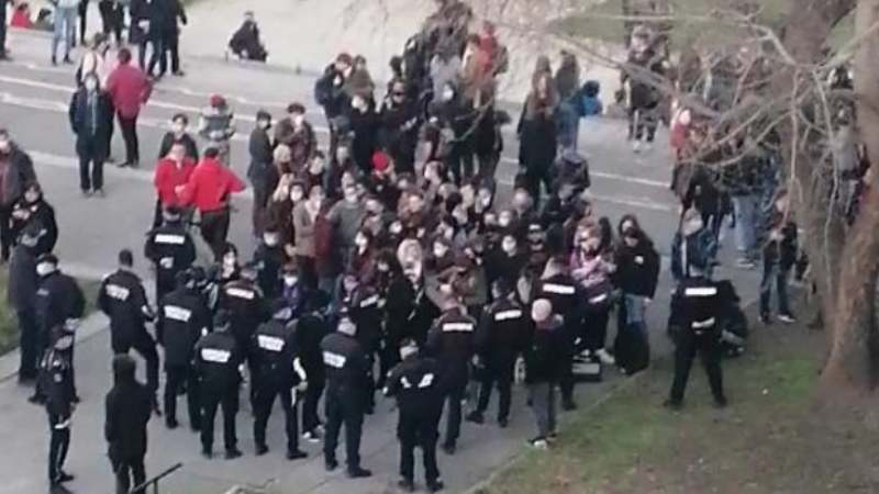 Pank svirka ispod Brankovog mosta u Beogradu, policija reagovala (VIDEO) 1