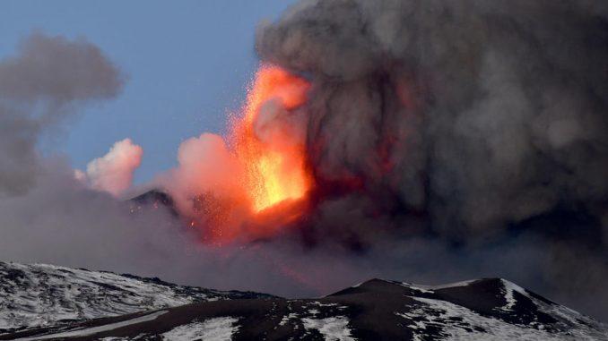 Etna više od nedelju dana redovno izbacuje lavu 1
