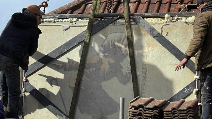 Umetnost: Benksijev mural žene koja kija sklonjen sa zida - biće prodat na aukciji 4