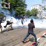 Šok bombe na demonstrante 9