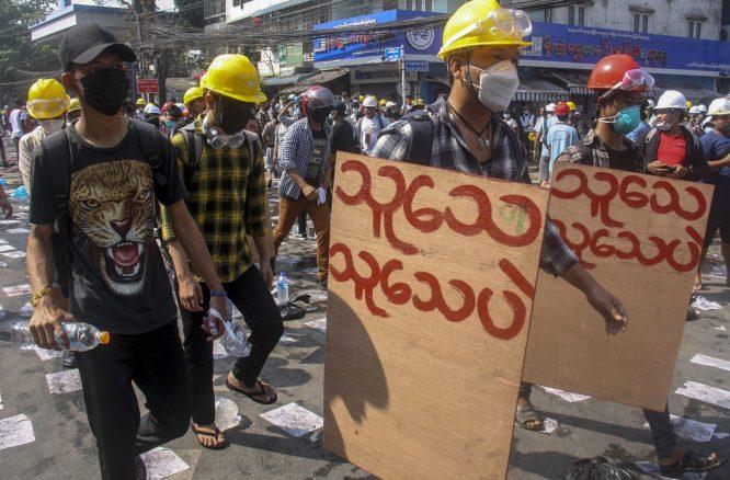 Policija u Mjanmaru suzavcem i bojevom municijom na demonstrante, šest osoba poginulo (FOTO) 8