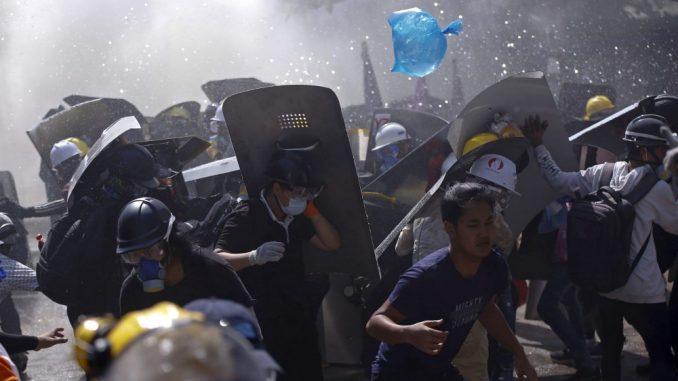 UN: Snage bezbednosti Mjanmara opkolile oko 200 demonstranata 4