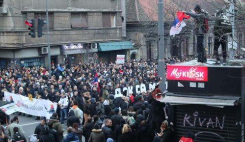 """Ujedinjeni protiv kovida: Protest i kolo oko spomenika Stefanu Nemanji """"sumrak pameti"""" 8"""