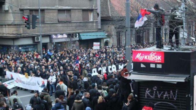 """Ujedinjeni protiv kovida: Protest i kolo oko spomenika Stefanu Nemanji """"sumrak pameti"""" 4"""