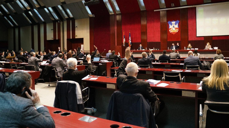 Na sednici skupštine Beograda Vuletić postavljao pitanja za policiju, Nikodijević reagovao 1