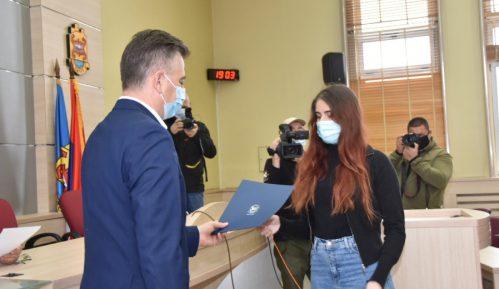 Potpisani ugovori o stipendiranju najuspešnijih studenata iz Pirota 11