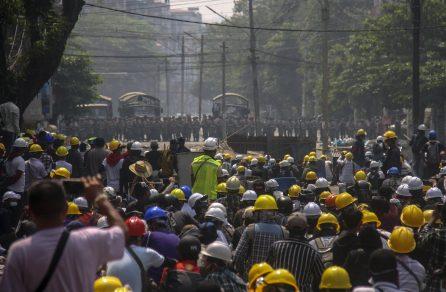 Policija u Mjanmaru suzavcem i bojevom municijom na demonstrante, šest osoba poginulo (FOTO) 5